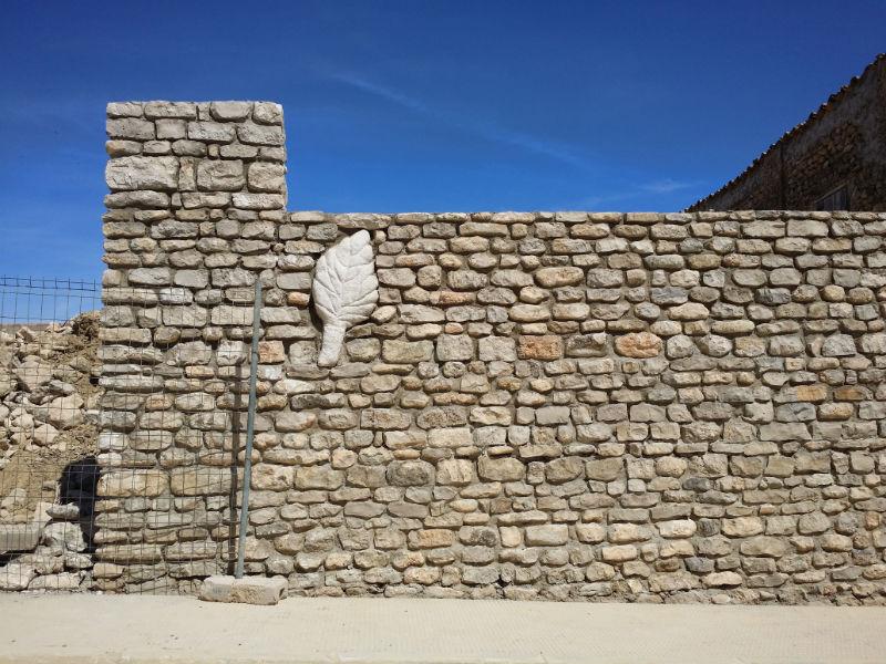 Construcción de una pared de piedra trabajada
