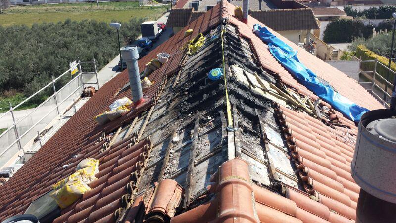 Reparación de tejado quemado